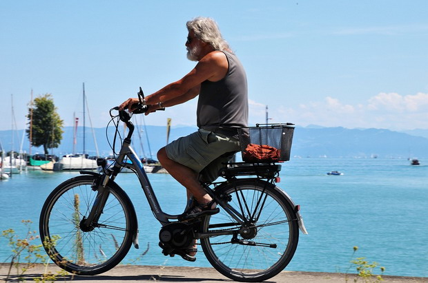 Using an e-bike to travel in the city